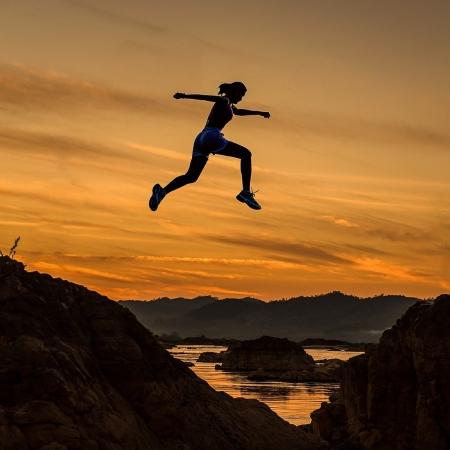 corredora saltando entre montañas